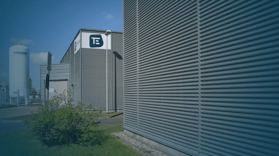 Aussenansicht der Produktionshalle mit TEPROSA Logo