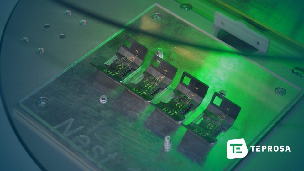 MID-Substrat auf Drehtisch in Laseranlage